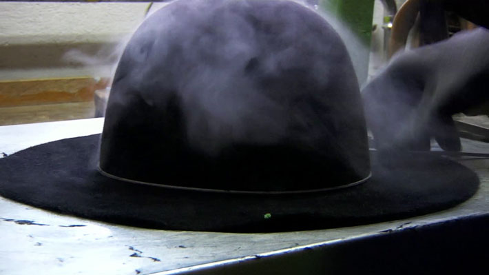 Der Heiße Stumpen Wird Auf Die Kopfform Gezogen Und Der Rand Mit Der Hand Flachgezogen.